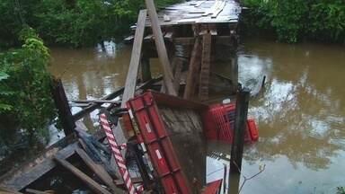 Caminhão cai em rio devido as precárias condições de ponte em Monte Negro - Em Monte Negro, na região do Vale do Jamari, a população sofre com as condições precárias de estradas e pontes. No último fim de semana, um caminhão caiu num rio.