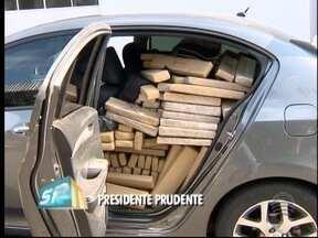 Polícia Rodoviária apreende quase 900 kg de maconha e 12 kg de haxixe - Drogas estavam em um carro, que foi parado para fiscalização.