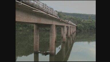 Caminhão cai em ponte sobre o Rio Iraní e deixa uma vítima fatal - Caminhão cai em ponte sobre o Rio Iraní e deixa uma vítima fatal