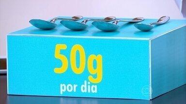 Podemos comer cerca de 50g de açúcar por dia - Esse valor é baseado numa dieta de cerca de 2000 calorias por dia. A nutricionista Tânia Rodrigues ressalta que precisamos ficar atentos ao rótulos dos produtos.