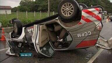 Viatura de polícia capota no município do Eusébio - De acordo com a policia, a viatura seguia para atender uma ocorrência de assalto em uma agência dos Correios de Aquiraz.