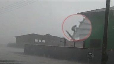 Vídeo registra momento em que homem é levado pelo vento em Joinville - Vídeo registra momento em que homem é levado pelo vento em Joinville