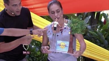 Cissa recebe prêmio de campeã do Desafio Verão - A apresentadora agradece e se emociona com o gesto