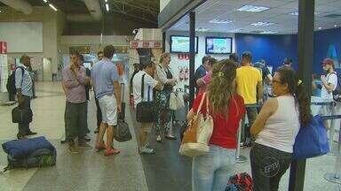 Após chuvas, Viracopos tem voos cancelados e passageiros reclamam - A noite da última sexta- feira (5) foi tumultuada em Viracopos. Alguns dos destinos mais procurados tiveram atrasos e cancelamentos nos voos e passageiros reclamavam da falta de informação das companhias.