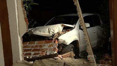 Caminhonete roubada bate em carro, atinge muro e invade casa em Goiânia - Jovem de 23 anos e mulher de 45 foram levados em estado grave ao Hugol. Criminosos conseguiram fugir após veículo entrar no quintal da residência.