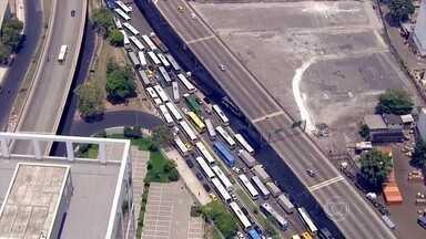 Rodoviária Novo Rio tem atrasos de mais de uma hora para todos os destinos - Os motoristas que deixaram para viajar neste sábado (6) estão enfrentando muito trânsito nas principais rodovias do país. Os carros alegóricos da Série A causaram grande congestionamento na Avenida Brasil.