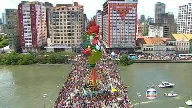 Milhões de foliões se divertem no Galo da Madrugada (PE) - Há 39 anos, o bloco agremiação anima a manhã do chamado sábado de Zé Pereira. Ao todo são seis quilômetros a serem percorridos em mais de nove horas de desfile.