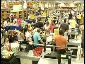 Véspera de feriado foi dia de supermercados lotados - Foliões do Carnaval fizeram fila para fazer compras.