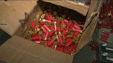 Carro bomba: policials apreendem 3 mil munições dentro de carro em Campina Grande - Apreensão foi feita durante blitz e motorista disse que estava transportando a carga fazendo um favor.