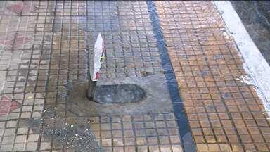 Cagepa não conserta vazamento e solicitante de reparo deixa recado no buraco - Vazamento de água foi registrado no Centro de Campina Grande.