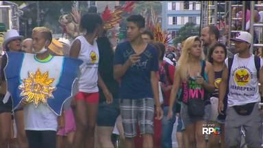 Multidão vai para a Marechal seguir os blocos do carnaval curitibano - Escolas de samba também desfilam neste sábado
