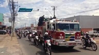 Policiais e bombeiros fazem homenagem a cabo da PM que morreu em acidente na BR-070 - Policiais civis, militares e bombeiros fizeram uma homenagem ao cabo da PM que morreu na sexta-feira (5), em um acidente na BR-070, perto de Águas Lindas de Goiás.