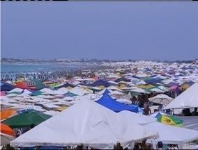 Praias da Região dos Lagos ficam lotadas e blocos animam o sábado de Carnaval - Praias da Região dos Lagos ficam lotadas e blocos animam o sábado de Carnaval.