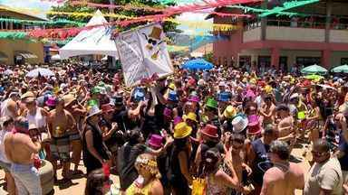 Foliões aproveitam primeiro dia de carnaval em Manguinhos, na Serra, ES - A festa juntou milhares de pessoas.