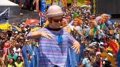Fantasias e hoemenagens a Chico Science marcam o desfile do Galo da Madrugada - Mais de 2 milhões de foliões se divertiram pelas ruas do Recife