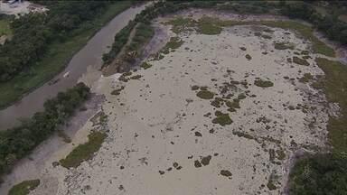 Barragem se rompe no interior de São Paulo e deixa 500 mil sem água - Rejeitos de extração de areia do reservatório, em Jacareí, atingiram o Rio Paraíba do Sul. Captação de água em São José dos Campos foi suspensa.