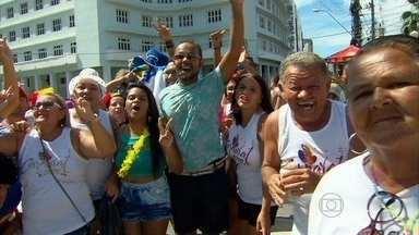 Turistas se divertem no desfile do Galo da Madrugada - Pessoas vieram de vários lugares do país para aproveitar o bloco