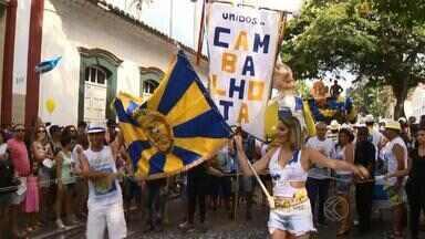 Cambalhotas e homenagens marcam blocos de sábado em São João del Rei - Os foliões mostram disposição no Unidos dos cambalhotas. Bloco de torcedores do Cruzeiro homenageou ex-jogador do time. Programação continua nesta noite.