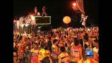 Na folia de carnaval diversos brincantes urinam nas ruas de Santarém - Mesmo com banheiro químico disponível, alguns brincantes preferem usar os locais públicos.