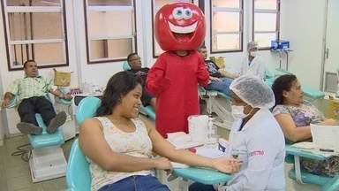 """'Bloco do Caboclo Bom de Sangue"""" promove solidariedade em Manaus - Bloco levou pessoas para doar sangue."""