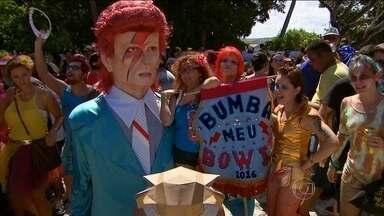 Frevo anima carnaval de Pernambuco e homenageia o roqueiro David Bowie - Fãs do cantor britânico que morreu no mês passado deixaram a tristeza em casa e criaram o bloco Bumba Meu Bowie para unir carnaval e rock.