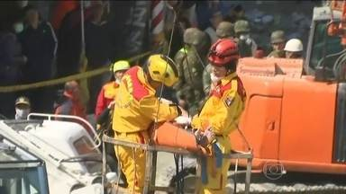 Criança é resgatada dos escombros de prédio que desabou em Taiwan - A menina de oito anos foi resgatada depois de quase três dias debaixo dos escombros. O prédio de 17 andares desabou depois do terremoto de 6,4 de magnitude.