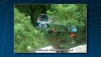 Acidente com carro-forte deixa três mortos na Via Dutra - Carro-forte caiu na ribanceira na altura de Paracambi