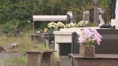 Além da falta de vagas, desorganização também é problema no cemitério do Itacorubi - Além da falta de vagas, desorganização também é problema no cemitério do Itacorubi, em Florianópolis