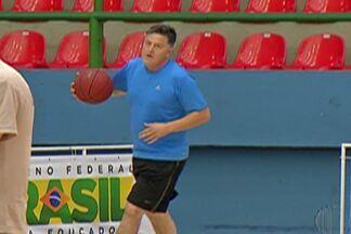 """Nilo Guimarães, ex-jogador do Mogi, treina arremessos para o """"Jogo das Estrelas"""" - Atualmente, Nilo é secretário de esportes da prefeitura de Mogi das Cruzes."""