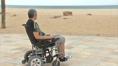 Projeto 'Praia Acessível' vai aproximar cadeirantes do mar - Praias vão receber cadeira-anfíbio e esteiras sobre a areia.