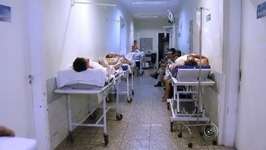 Pacientes do pronto-socorro de Jaú sofrem com superlotação - Pacientes do pronto-socorro de Jaú (SP) são atendidos em macas e cadeiras improvisadas nos corredores, segundo uma moradora, que enviou um vídeo para a produção da TV TEM.