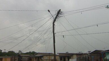 Moradores temem queda de poste de energia quebrado no bairro Congós - Um poste de madeira ameaça cair levando junto fios de energia numa área de pontes no bairro Congós. O poste não vai resistir por muito tempo, e os moradores temem que se isso ocorrer acabe causando uma tragédia.