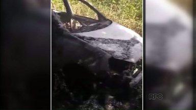 Polícia encontra corpo carbonizado dentro de um carro queimado - Os policiais chegaram ao local depois de receberem uma denúncia anônima. O caso está sendo investigado.