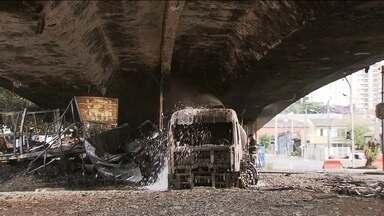 Caminhão de combustível bate em outro e pega fogo na Avenida dos Bandeirantes, em SP - Ninguém ficou gravemente ferido. O incêndio foi embaixo do Viaduto Santo Amaro e pode ter comprometido a estrutura da via.