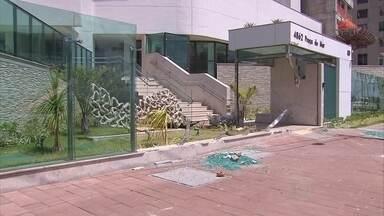 Carro invade prédio na Avenida Boa Viagem - Veículo destruiu parte da fachada do prédio