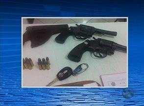 Suspeitos de assaltos no Agreste são presos na PE-270 após denúncia - Polícia encontrou duas armas durante abordagem em Tupanatinga.