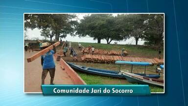 Na comunidade Jari do Socorro, famílias recebem doação de madeira para levantar assoalhos - Medida da Defesa Civil vai evitar transtornos no período de cheia dos rios.