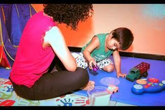 Grupo de pais se une para melhorar tratamento de filhos autistas - Pais se uniram para criar a Casa do Autista e auxiliar famílias com filhos autistas.