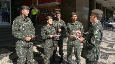 Militares e presidente Dilma participam do Dia D contra o mosquito aedes aegypti no Rio - Mobilização reúne 71 mil militares em diversos municípios do Rio
