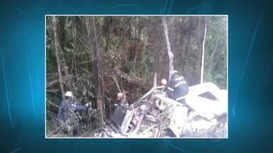 Vídeo mostra ação dos bombeiros para combater incêndio em carreta após acidente em MG - Bombeiros trabalharam por 8h no combate e controle do incêndio na MG-457, em Santa Rita de Jacutinga. Motorista morreu carbonizado.