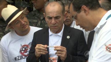 Ministro da Saúde participa de ação contra mosquito da dengue em Salvador - Militares das Forças Armadas também participaram do mutirão.