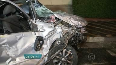 Ônibus e carro batem de frente na Radial Leste - O carro ficou destruído. O motorista Willian Mendes Sena, de 23 anos, foi levado para o pronto-socorro consciente. Nem o motorista do ônibus nem os passageiros se machucaram.