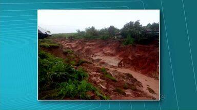 Chuva causa estragos no Noroeste - Em São Tomé, a barragem do lago municipal e duas cabeceiras de pontes foram levadas pela enxurrada. Em Cianorte, uma cratera enorme se formou e seis famílias tiveram que deixar as casas. Em Umuarama, a erosão na PR-323 aumentou e a pista foi interditada e na PR-180 entre Goioerê e Cruzeiro do Oeste a enxurrada derrubou uma ponte.