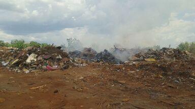 Lixão desativado em Pontal, SP, recebe entulhos e preocupa fazendeiros da região - Caminhões particulares e até da Prefeitura já foram flagrados despejando material no local.