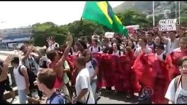 Alunos da Faetec protestam em caminhada até a estação das barcas - Os alunos denunciam problemas de limpeza, merenda e aulas.