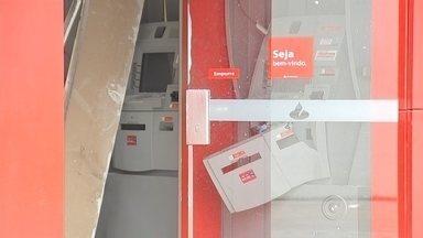 Criminosos explodem caixa eletrônico em avenida de Sorocaba - A polícia procura pelos criminosos que explodiram um caixa eletrônico na madrugada desta terça-feira (23), em Sorocaba (SP).