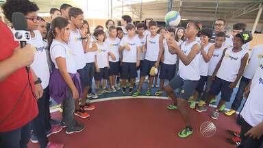 Hora do recreio: Thiago Mastroianni visita criançada em escola - Veja a primeira reportagem do quadro na temporada 2016.
