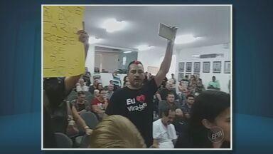 Moradores protestam na Câmara de Hortolândia contra aumento nos salários dos vereadores - Manifestantes usaram cartazes durante ato no plenário; reajuste de 10,6% elevou remuneração mensal dos parlamentares a R$ 12,4 mil.