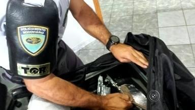 Boliviano é preso com cocaína que levaria para o Nepal, diz polícia - Um boliviano foi preso nesta terça-feira (23) por tráfico internacional de drogas quando o ônibus em que ele viajava foi parado pela Polícia Rodoviária em Assis (SP). A equipe do Tático Ostensivo Rodoviário (TOR) fez a abordagem na Rodovia Raposo Tavares.
