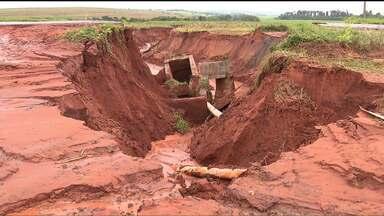 A chuvarada causou estragos no norte do estado - Uma cratera abriu na PR 452. A água e a lama percorreram cinco quilômetros no meio de lavouras.